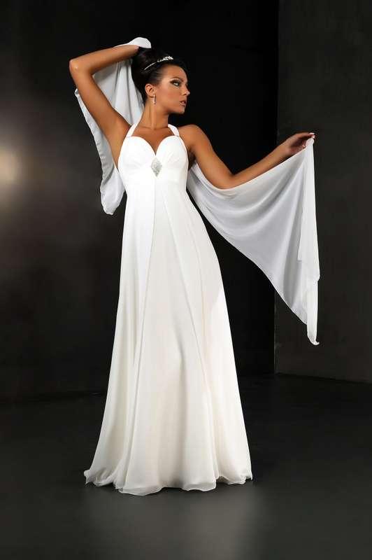 """Невеста в прямом платье белого цвета  в греческом стиле с лифом с драпировкой и на бретели через шею - фото 2083596 Свадебный салон """"Ода"""""""
