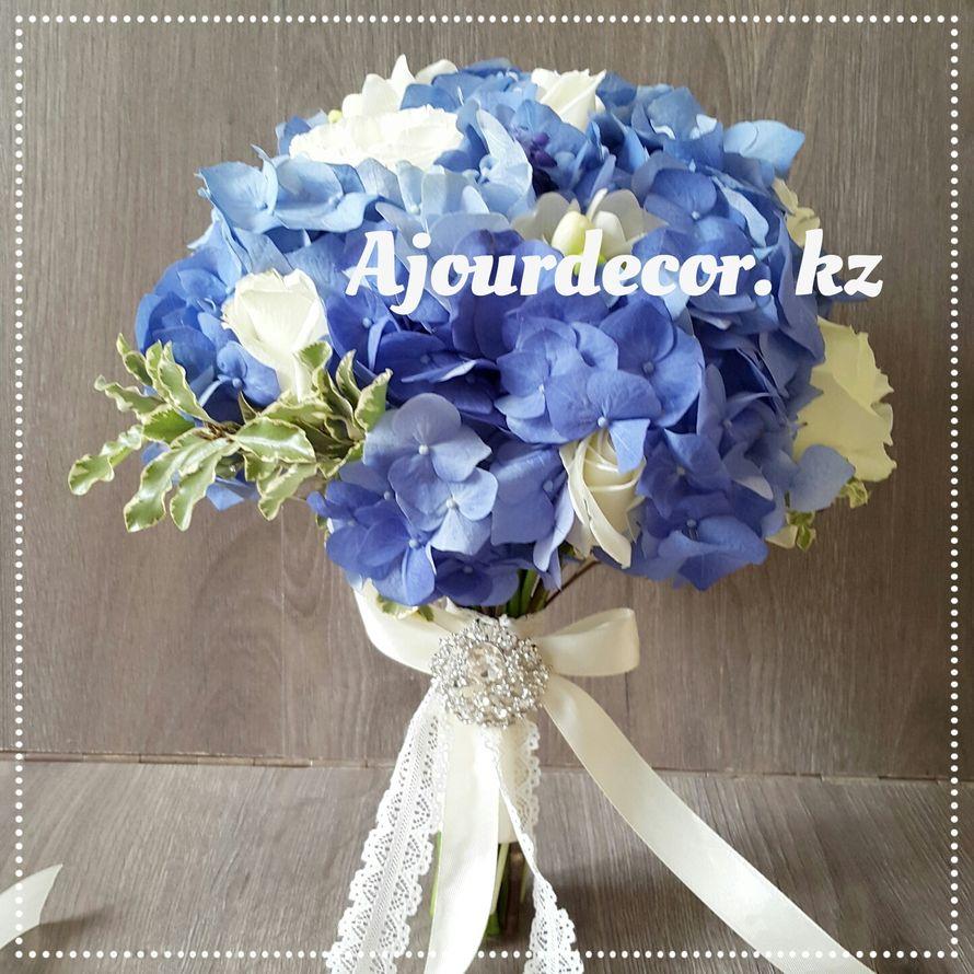 Букет невесты в бело-голубой гамме. Гортензия, ранункулюс, розы, фрезия. Ножка букета декорирована атласной и кружевной лентой, стразовой брошкой - фото 5120555 Ajour Decor - Студия свадебного оформления