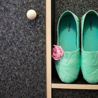 Мокасины для невесты светло-изумрудного цвета с цветком на сером ковролине