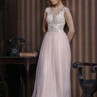 Лоретта (VN) Потрясающее свадебное платье прямого силуэта с необычными кружевами на корсете из шелковой нити. Стильный V-образный вырез как спереди платья, так и на спинке. Вырез лифа в форме сердечка с ярко выраженным декольте, что делает невесту поразит