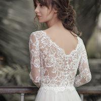 Камилла (VN) Нежное безкорсетное свадебное платье прямого силуэта с рукавами. Красивый V –образный вырез с глубоким декольте выглядит очень изящно и притягательно. Платье из приятных таканей и легких тканей  отлично садится по фигуре невесты, даря ей комф