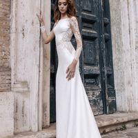 Чер (RL) Прямое свадебное платье с юбкой в пол и небольшим шлейфом. Создавая такое платье, дизайнеры позаботились о сочетании красивых кружевных рукавов и облегающего фигуру  приятного дабл-сатена. Платье аккуратно повторяет форму невесты и превосходно са