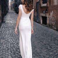 Свадебное платье прямого кроя с юбкой в пол из приятного матового дабл-сатена.  Такое платье идеально подчеркнет фигуру и скорректирует ее недостатки. Глубокое декольте интересно украшает кружевная вставка, что делает невесту одновременно сексуальной, но