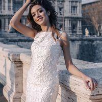 Лайза (RL) Короткое платье футляр из резного кружева с длиной чуть выше колена. Ее главной особенностью является универсальность, оно отлично впишется в гардероб любой девушки, как на свадьбе, так и после нее. Посадка платья очень удобная, она не доставит