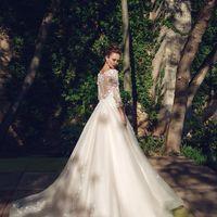 Бритни (MR) Потрясающее свадебное платье цвета айвори,украшенное по всей длинне кружевными цветами и жемчужными бусинками