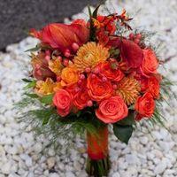 Букет невесты из калл, роз, астр и альстромерий в оранжево-красных оттенках