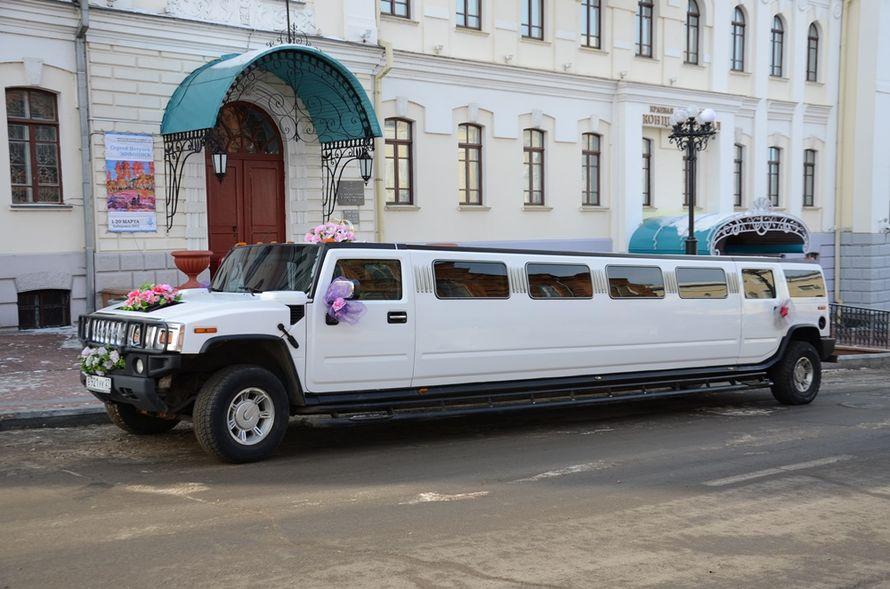 """Черно- белый """"Hummer"""" на фоне старинного здания, украшенный экибанами и бантами, стойкой из колец в цветах. - фото 801253 Компания """"Малахит ДВ"""" - аренда авто"""