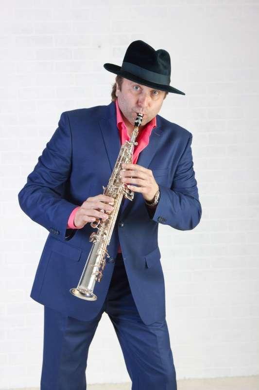 Олежек дует в саксофон... ну и так далее по тексту - фото 5507343 Праздничное агенство Музыкальный Фейерверк