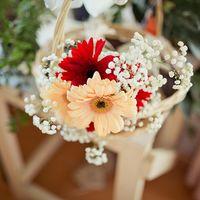 Нежный букет невесты из гербер в плетеной корзинке
