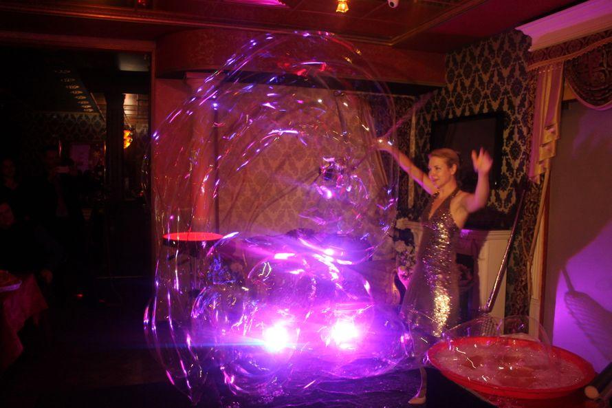 Шоу гигантских неоновых мыльных пузырей