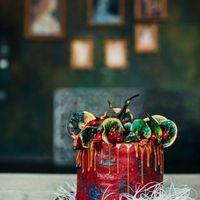Шоколадные и ванильные бисквиты с ягодами, шоколадный мусс с красными ягодами. Покрыт ганашем из молочного шоколада, карамельной глазурью и орехами, фруктами, клюквой. Фотографировала Марина Белоногова.