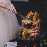"""Бисквиты """"Красный Бархат"""", сырный крем, хрустящие слои с воздушной пшеницей и зефиром. Украшение листиками из белого шоколада, орехами пекан, тыквенными семечками и засушенным апельсином. Организация:  Флористика и декор:  Фото:  Площадка: Голицын Холл"""