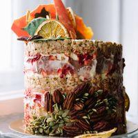 """Сырный крем, хрустящие слои с воздушной пшеницей и зефиром, бисквиты """"красный бархат"""". Украшен листиками из белого шоколада, орехами пекан, тыквенными семечками и засушенным апельсином Фотограф:  Организация:  Платье:  Макияж и причёска:"""
