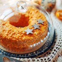 Рождественский кекс с маскарпоне и сливками, изюмом, кусочками засахаренного манго и чернослива и опьяняюшим ароматом рома. Кекс покрыт апельсиновым шоколадом и абрикосовыми косточками, а ещё к нему прилагается баночка необыкновенного апельсинового джема