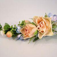Персиково-голубой букет невесты, нежный и ароматный. В букете пряная маттиола, душистый горошек, дельфиниум, пионовидная роза и много всего разного-интересного.  В комплекте заколка и бутоньерка