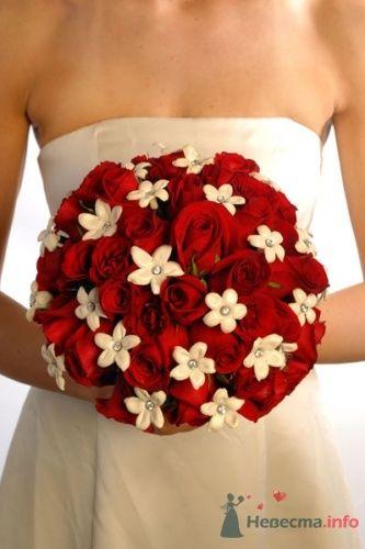 Круглый красный букет невесты из роз - фото 1830 leshechka