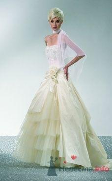Оригинальное пышное свадебное платье бежевого цвета с юбкой из разных тканей, пояс декорирован цветком. - фото 1155 Плюмаж - бутик выходного платья и костюма