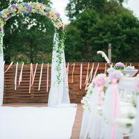 Классическая арка с гирляндой из живых цветов