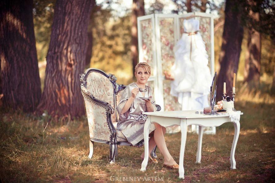 """Невеста сидит за маленьким столиком возле белой ширмы и белого платья - фото 1623507 Студия декора """"Стрекоза любви"""""""