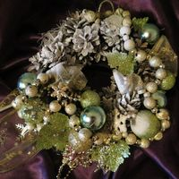 венок новогодний, каркас из природных материалов, новогодние  игрушки,  текстиль, аксессуары.