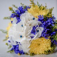 Букет невесты из белых эустом, желтых астр и голубых гиацинтов