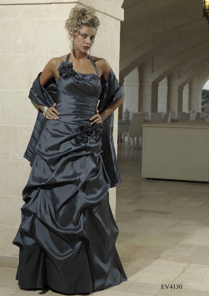 Подружка невесты в длинном сером открытом платье А-образного силуэта, с драпировкой, бретелью через шею и тканевым цветком - фото 741809 Первый свадебный салон в Белореченске