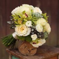 Букет невесты из пионовидных роз, дендробиума и суккулента