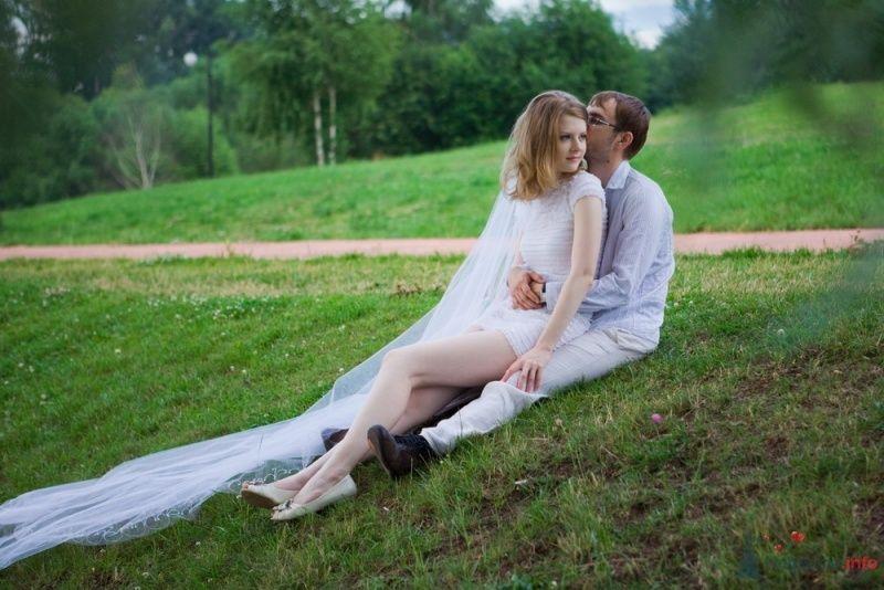 Жених и невеста сидят, прислонившись друг к другу, на тарве - фото 53318 malysh_eva