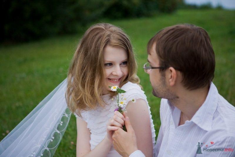 Нежный свадебный образ невесты подчеркнут прической на длинные