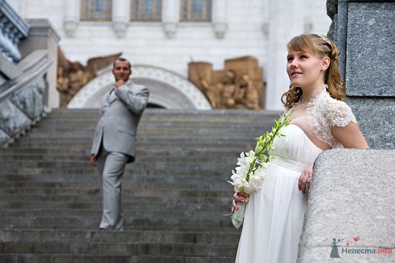 Жених и невеста стоят на ступеньках на фоне белого здания - фото 71445 Станислав