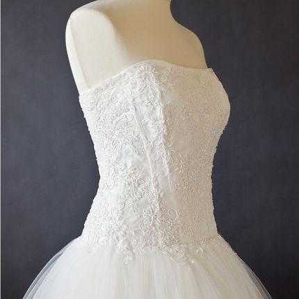 Свадебное платье с кружевным расшитым корсетом