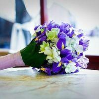 Букет невесты из белых орхидей и сиреневых ирисов