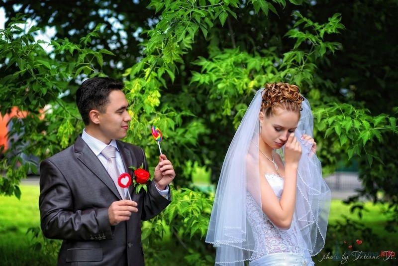 Жених и невеста стоят на фоне зелени - фото 45516 KartInka