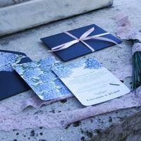 Приглашения напечатаны на плотном картоне(печать  с двух сторон), скругление уголков, конверт из дизайнерской бумаги с вкладочкой с огромным количеством прекрасных цветов!