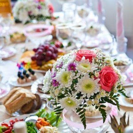 Цветы на столы гостей и ваза