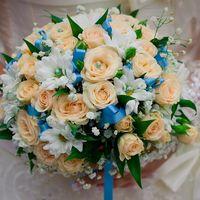 Букет невесты из розовых роз и белых ромашек