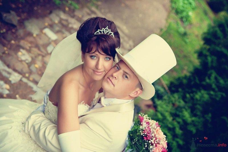 Бежевый костюм жениха с белой рубашкой и белым цилиндром - фото 59606 natlion
