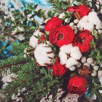 Необычный свадебный букет из ярко-красных ранункулюсов, серебристой брунии, натурального хлопка, зелени эвкалипта и хвои. Украшен ароматными палочками корицы и звездами аниса. Ножка декорирована натуральным кружевом. Станет органичным дополнением для свад