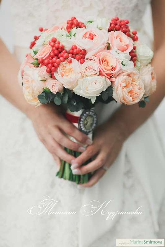 Букет невесты с пионовидными розами и калиной  - фото 1471097 Цветочная мастерская Татьяны Кудряшовой