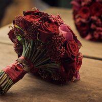 Яркий и сочный букет невесты в цвете марсала