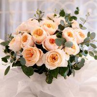 Букет невесты из нескольких видов цветов и декоративная зелень