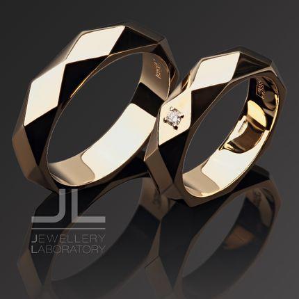 """Обручальное кольцо """"Ромбы"""" из золота с бриллиантом"""