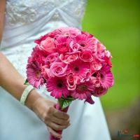 Розовый букет невесты в круглом стиле из роз и гербер