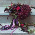 """Совершенно безумный красавец с чёрными Каллами и темно-бордовыми Георгинами, с акцентами из Роз """"Рэд Пиано"""" цвета Марсала, листьями Котинуса, Скиммией, суккулентами, Астильбой, Скабиозой и чёрными перьями.   Венок из виноградной лозы и Хедеры.   Ph: Milan"""