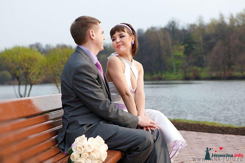 Жених и невеста сидят, прислонившись друг к другу, на скамейке у озера - фото 105379 Фотограф Яна Роджерс