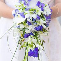 Бело-голубой букет невесты из фиалок и орхидей