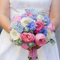 Яркий розово-голубой букет невесты из роз и фиалок