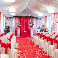 Выездная регистрация брака в страстном красном цвете на летней веранде Palati cafe от FlorDecorMsk