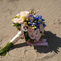 Букет невесты из голубых ирисов, розовых роз и эустом