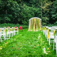 Очень красивая свадебная церемония на природе в лимонном стиле